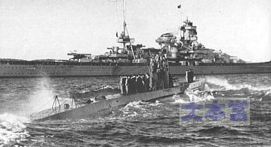 シャルンホルストに迎えられるU-47