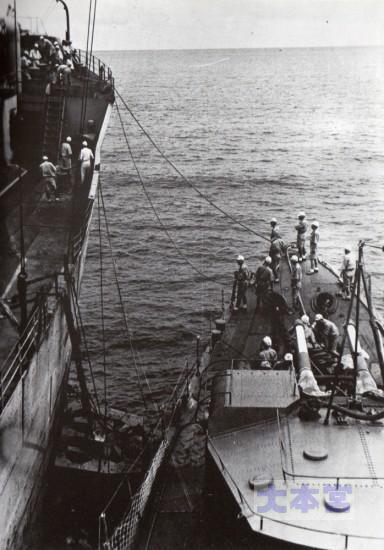 1943、6月給油艦に横づけした潮