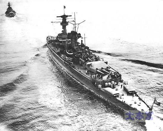 ドイッチュラント後方より、魚雷発射管の配置に注意