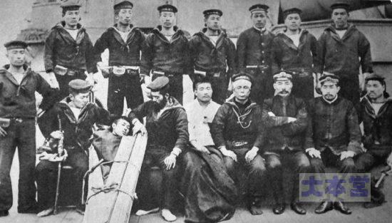 広瀬武夫と閉塞隊員(福井丸かどうかは?)前列右から3人目が広瀬