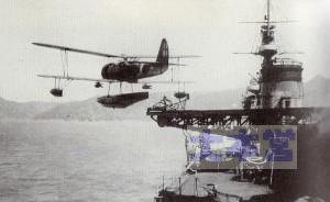 95式水偵が5500トン軽巡から射出される。