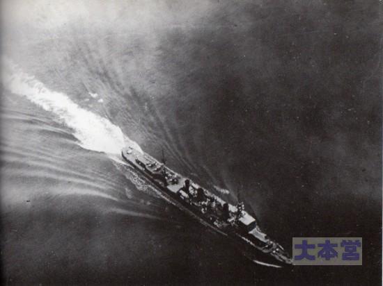1922の演習中、魚雷をかわした神通。ウェーキ後方に雷跡が見える