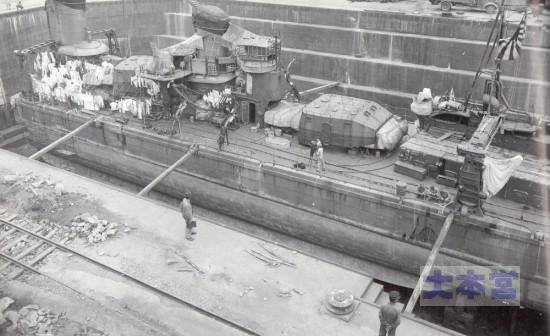1942、9月舞鶴工廠で損傷修理する不知火
