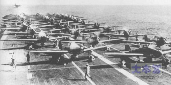 真珠湾攻撃準備中の瑞鶴、後方翔鶴