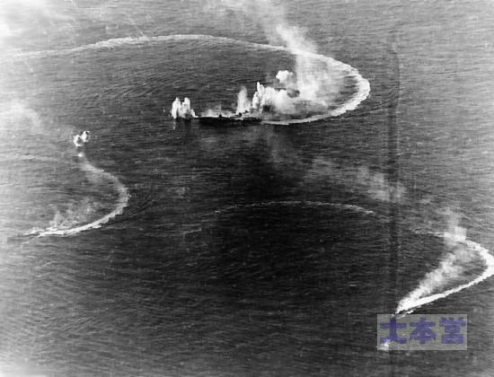 エンガノ岬で攻撃される瑞鶴と護衛たぶ秋月と初月
