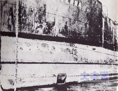 マイアーレの出口が見える貨物船「オルテラ」