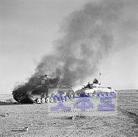 被弾炎上する英軍のクルセイダー