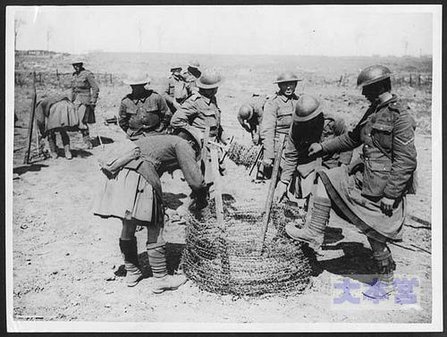 ボーア戦争で鉄条網を準備する英兵