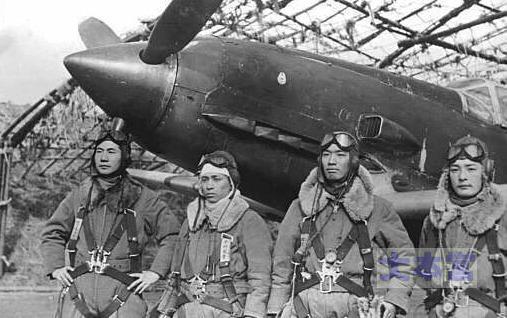 昭和20年2月、震天制空隊左から佐々木少尉、中の軍曹、頼田少尉、板垣軍曹