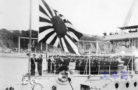 練習艦「磐手」の軍艦旗掲揚