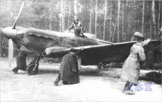 yak-1日伊連絡機を迎撃したと思われるソ連戦闘機yak-1 カタログスペックは零戦なみ。