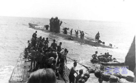 ラコニアの生存者を救助するU-156