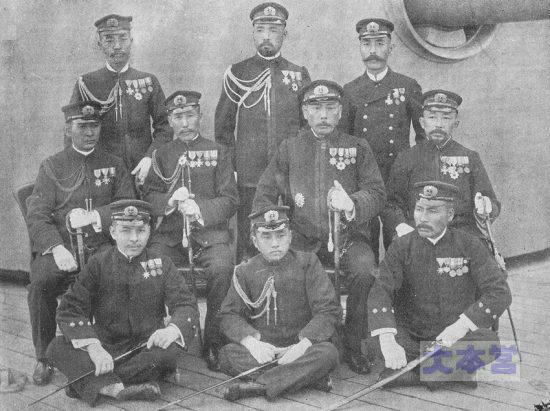 第二艦隊幕僚中段右から二人目上村彦之丞、左へ加藤友三郎、佐藤鉄太郎
