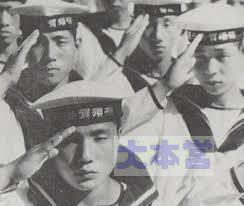 敬礼する水兵