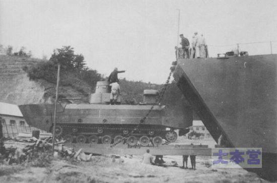 特二式内火艇を揚陸する二等輸送艦