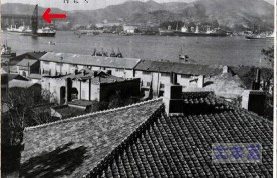 長崎港のクレーン船