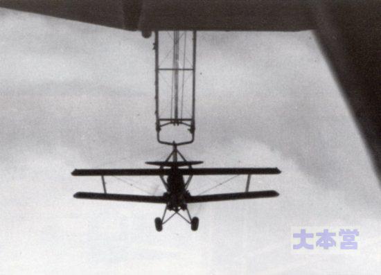 メイコン号から発進するカーチス・スパロー戦闘機