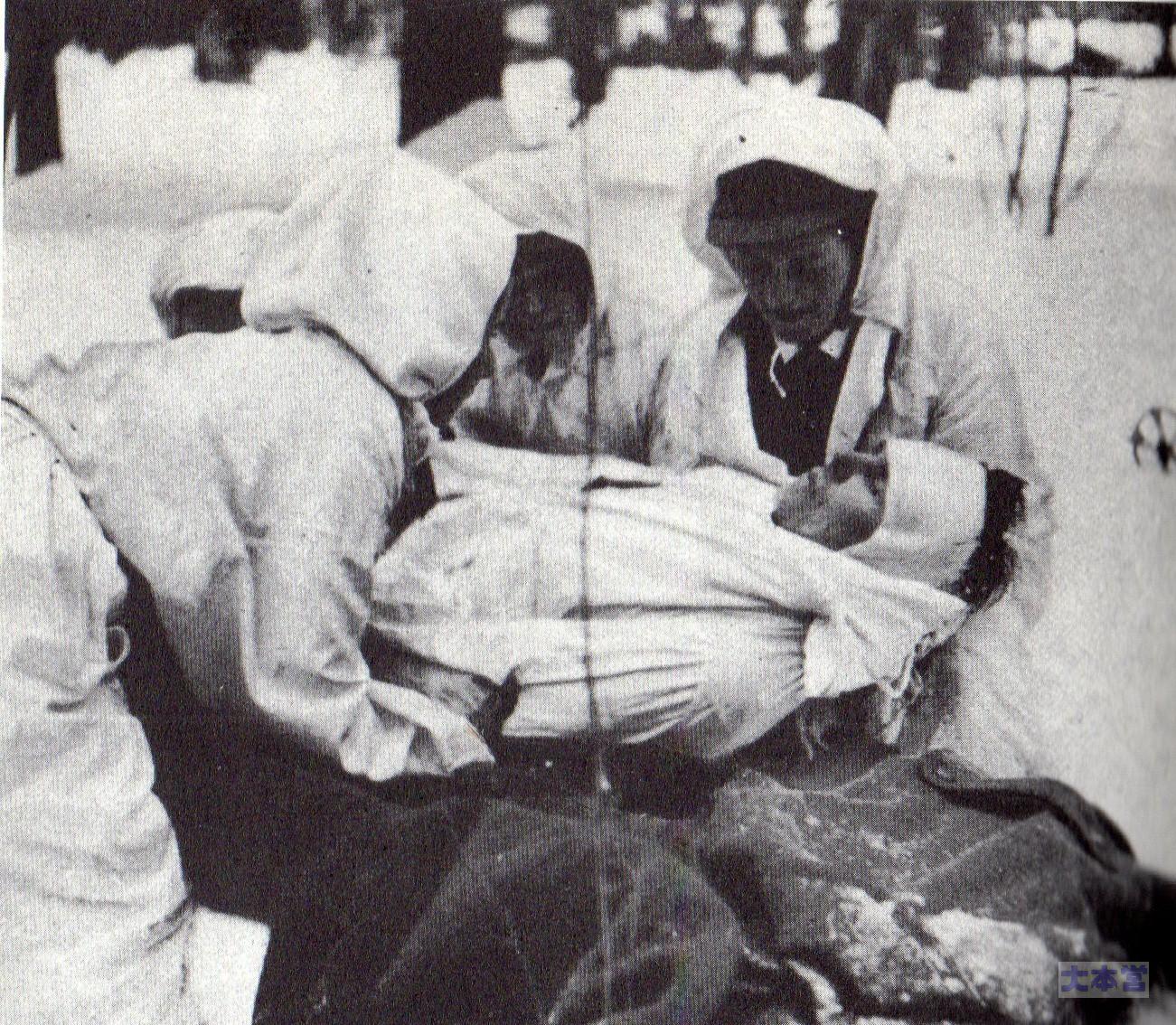 昭和初期の全裸 負傷兵を搬送するロッタ