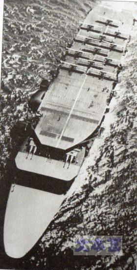 3段甲板の赤城を正面から