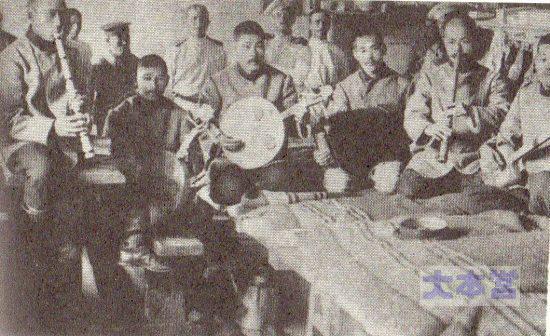 手作り楽器で演奏会を開く捕虜