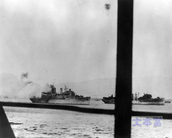 真珠湾で対空戦闘中の水上機母艦カーチス