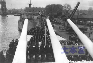 「シュぺー」竣工後初めての軍艦旗掲揚