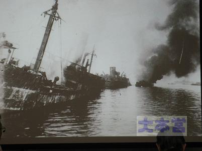 横浜港爆発、煙を上げるトール、左アルトマルク、手前第三雲海丸