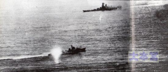 菊水作戦の冬月、後部長10サンチ砲発砲の瞬間
