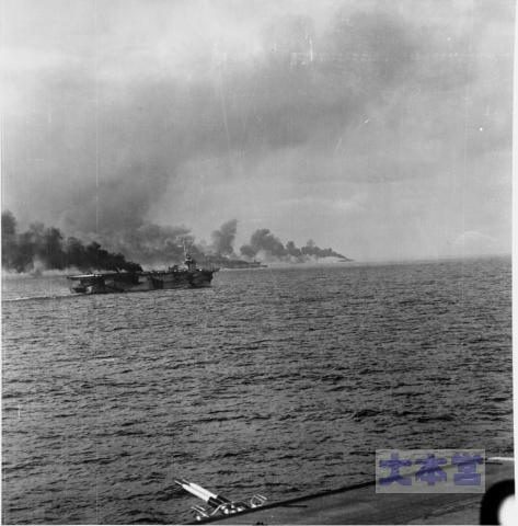 サマール島沖で砲撃を受ける空母ガンビア・ベイ