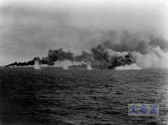 サマール沖で煙幕を展張する護衛駆逐艦