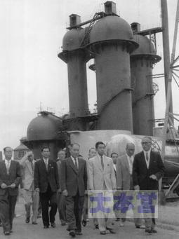 滝川工場のメタン分解炉は新潟へ移設され、皇太子殿下も視察された(1956)