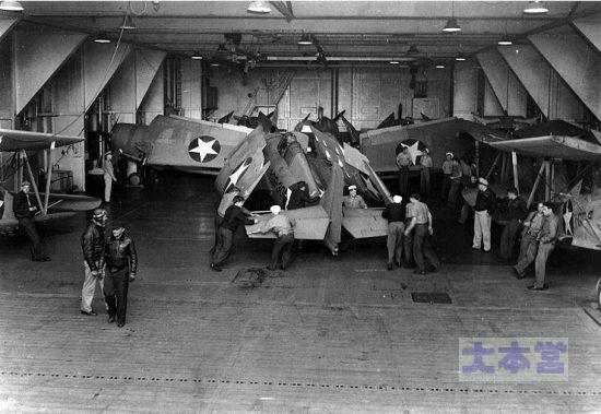 F4F-4空母ロングアイランドの格納庫にて