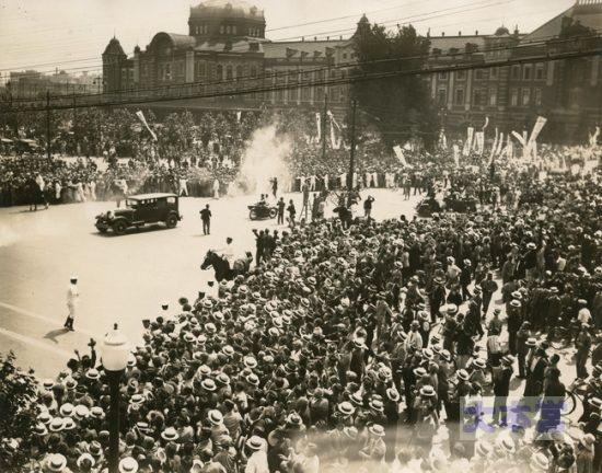 ロンドン軍縮条約を締結して帰国した若槻礼次郎を熱狂して迎える群衆