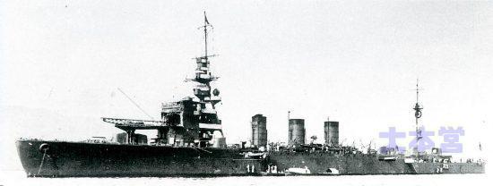 長良型5番艦「鬼怒」艦橋前に滑走台、1931(画像時)はその上にカタパルト設置