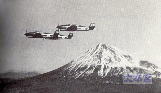 富士山を行く彗星11型編隊