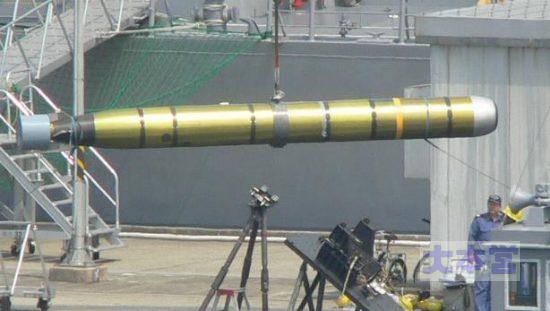 潜水艦への魚雷搭載作業