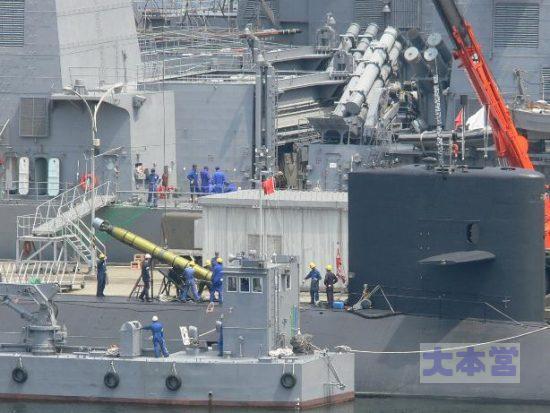 潜水艦への魚雷搭載作業2