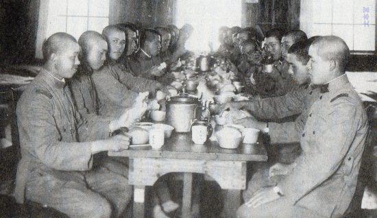 昭和5年頃の砲兵中隊(所属不明)のパン食風景