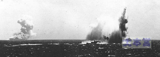オブライエンに魚雷命中の瞬間、遠方で燃えるのはワスプ