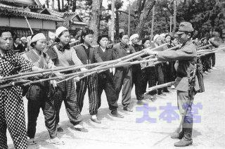 竹槍訓練のイメージ
