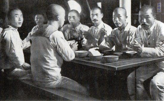 明治30年代の軍艦内部の食事風景,パン食