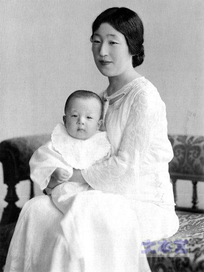 昭和9年、香淳皇后に抱かれる昭和天皇