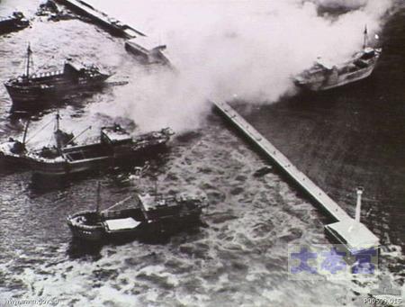 1945.7.15八戸で空襲される機帆船