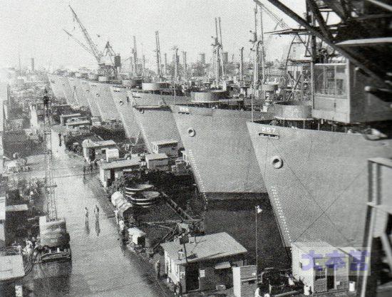 9隻のリバティ船が一気に完成し、輸送任務に就くのを待っている(ロサンゼルス港)