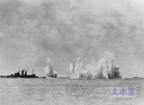 スラバヤ沖海戦で攻撃される重巡「エクセター」、遠方は豪「ホバート」