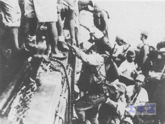 鼠輸送のために駆逐艦に乗り込む陸兵