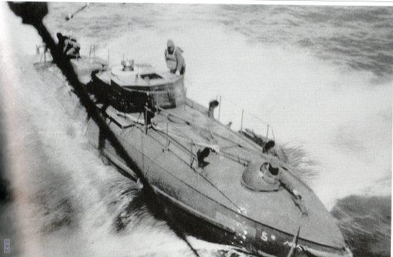 高速艇甲5号、輸送船から海面に下された直後