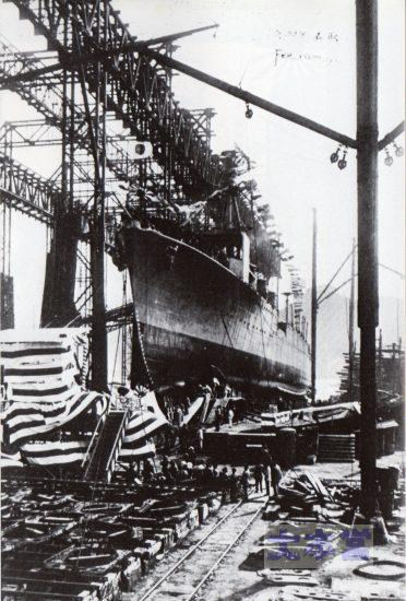 進水台上の5500トン級軽巡「名取」