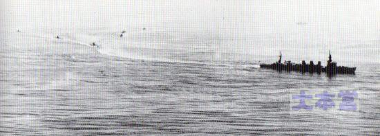 1935頃の「多摩」 指揮下の潜水戦隊が航跡に乗って入港準備に入っている