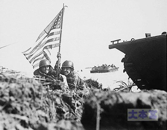 グアム島上陸8分後に星条旗ウィ立てる海兵隊員